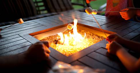 5 tips for styling the backyard around a fire pit and making your garden glow